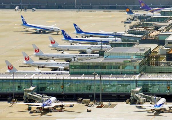 羽田空港の国際線ターミナルに並ぶ旅客機