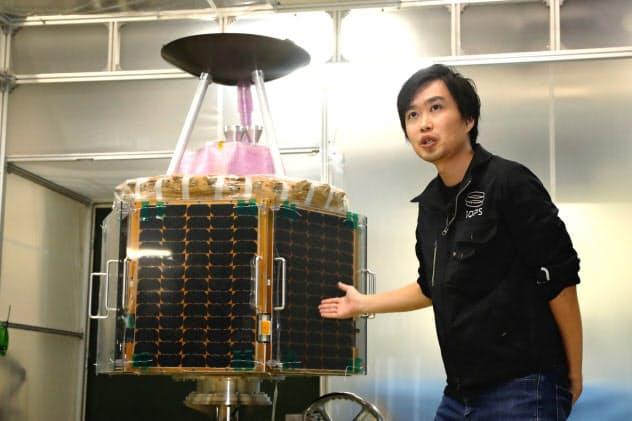 小型SAR衛星を発表するQPS研究所の大西社長(2日、福岡市)