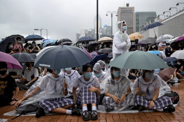 抗議活動のため授業をボイコットする学生たち(2日)=ロイター