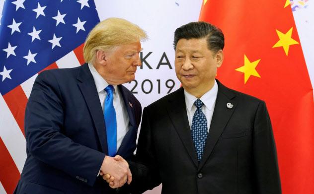 トランプ米大統領(左)と中国の習近平国家主席は、新たな制裁と報復に踏み切った=ロイター