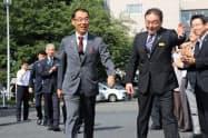 初登庁した新知事(左)を大勢の職員が出迎えた(埼玉県庁)