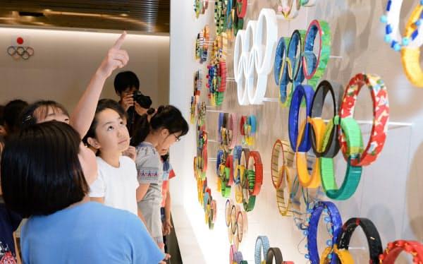 内覧会で日本オリンピックミュージアムを見学する子供たち(2日、東京都新宿区)