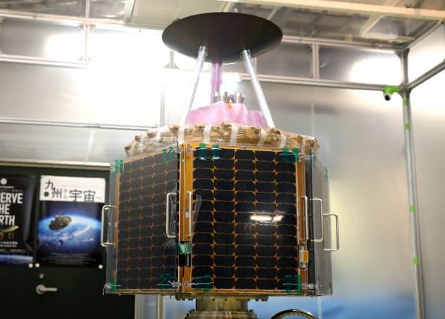 打ち上げが決まったQPS研究所の小型SAR衛星の初号機(2日、福岡市)