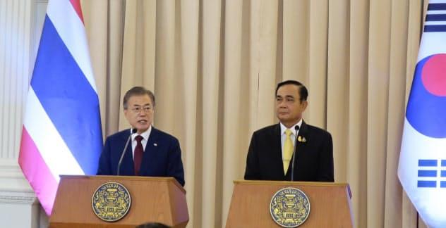 共同会見する韓国の文大統領とタイのプラユット首相(2日、タイ首相府)