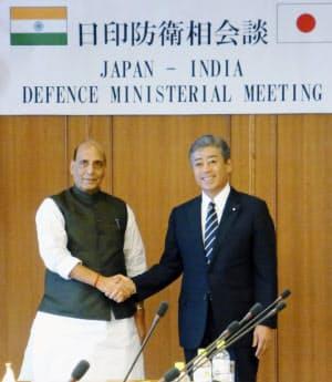 会談に臨むインドのシン国防相(左)と岩屋防衛相(2日、防衛省)=共同