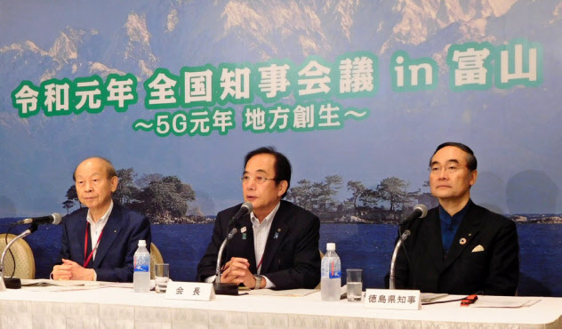7月の全国知事会議で記者会見する飯泉徳島県知事(右)、上田会長(中)(当時、富山市)