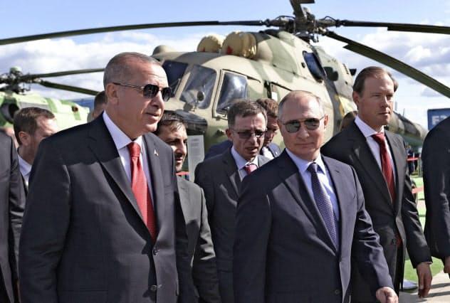 エルドアン大統領(左)とプーチン大統領(8月27日、モスクワ郊外)=AP
