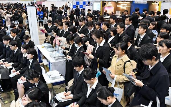 企業の合同説明会に訪れた学生たち(3月1日、千葉市美浜区の幕張メッセ)