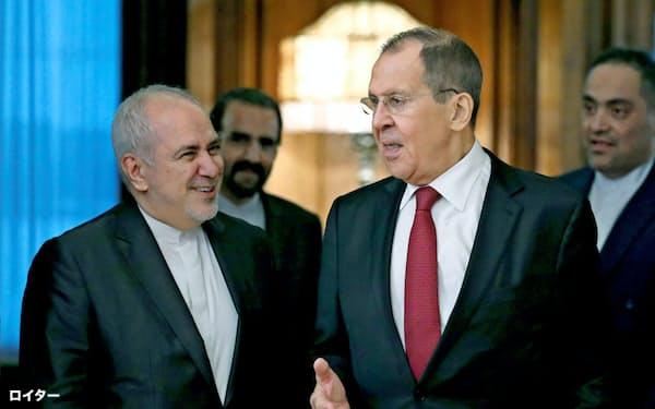2日、モスクワで会談したロシアのラブロフ外相(右)とイランのザリフ外相=ロイター