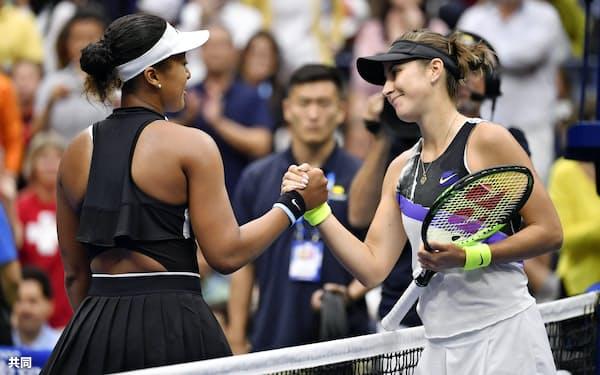 女子シングルス4回戦でベリンダ・ベンチッチ(右)に敗れた大坂なおみ(2日、ニューヨーク)=共同
