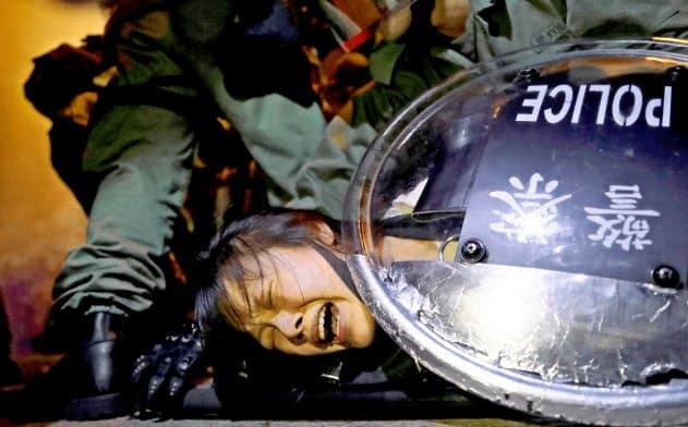 逃亡犯条例に反対する香港の抗議デモで2日、警察に取り押さえられるデモ参加者=ロイター