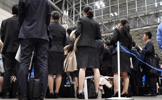 企業の合同説明会に訪れた就活生(3月、千葉市美浜区の幕張メッセ)