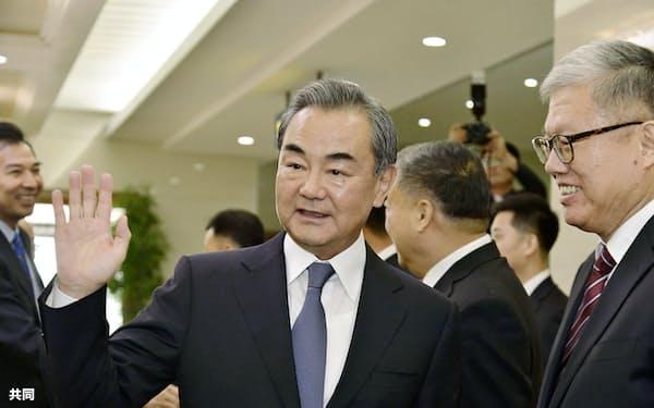 2日、平壌国際空港に到着した中国の王毅国務委員兼外相(手前左)=共同