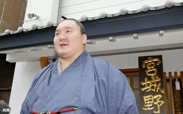 日本国籍を取得し、取材に応じる横綱白鵬関(3日午後、東京都墨田区の宮城野部屋)=共同