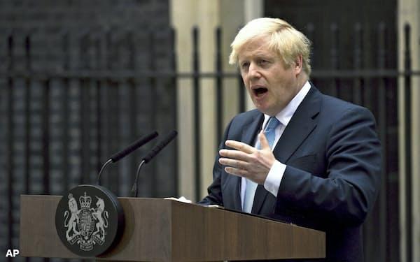 2日、首相官邸前で報道陣に「総選挙は望まない」と語るジョンソン英首相=AP