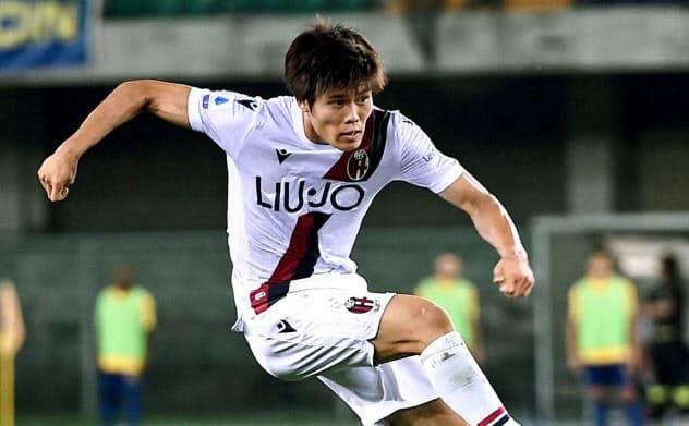 日本代表では冨安(左)ら若い世代が急速に台頭し、今回が欧州クラブ所属選手として初めてのW杯予選という者も多い=共同