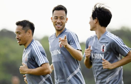 若い選手が最高のコンディションでプレーするためには吉田(中央)、長友(左)らベテランや中堅選手たちのリーダーシップも不可欠だ=共同