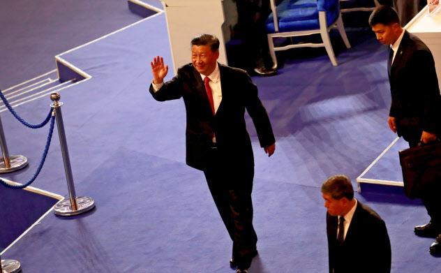 バスケットボールのワールドカップ中国大会の開会式に登場した習近平国家主席(北京)=ロイター