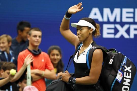 全米オープンの4回戦で敗れ、観客に手を振りながらコートを後にする大坂=USA TODAY