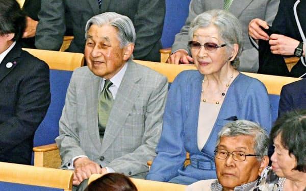 音楽祭のコンサート鑑賞のため、会場に到着された上皇ご夫妻(8月27日、群馬県草津町)