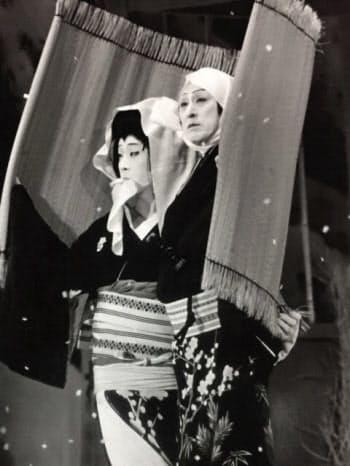 「恋飛脚大和往来」の梅川など上方歌舞伎の女形を数多く演じてきた(右は父の十三代目仁左衛門。1975年)