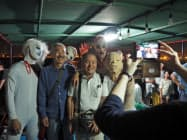 「お化け屋敷」の後は工場夜景を背に写真撮影が行われた(1日、千葉市)