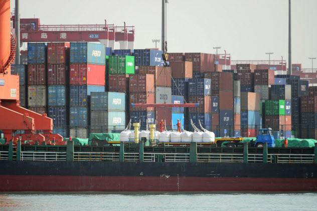 中国は欧米や日本が製造した化学薬品の原料が不当に安く輸入されていると認定した(中国山東省の青島港)=ロイター