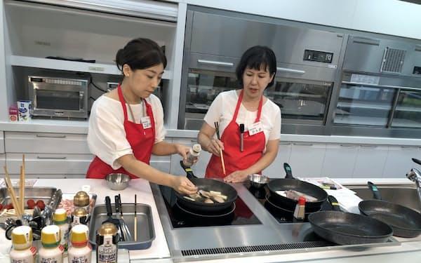 ドレッシングを炒め料理や炊き込みご飯にも活用できることを提案していく(3日、東京都渋谷区)