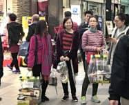 菓子などの土産物を大量に購入する訪日客(札幌市)