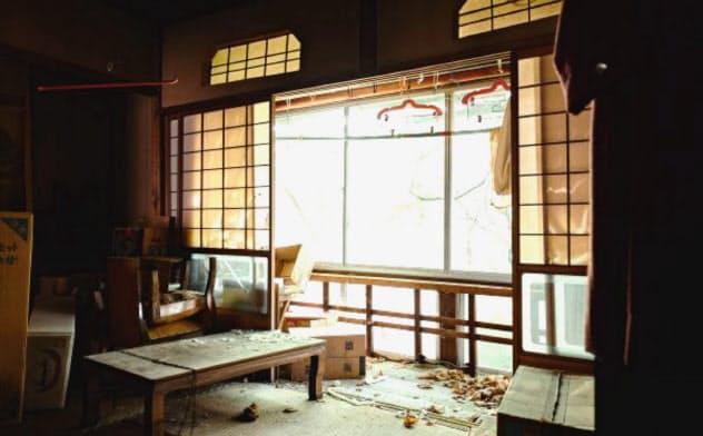 長年放置されて荒れ放題の建物をいかに効率的に再生するかがポイントになる(金沢市内の町家)