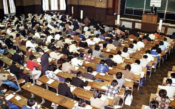 共通1次試験の開始を待つ会場(1979年1月13日、東京・本郷の東大)=共同