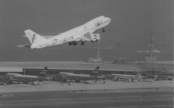 グアムに向けて関空を飛び立つ日本航空の国際線一番機(1994年9月4日)