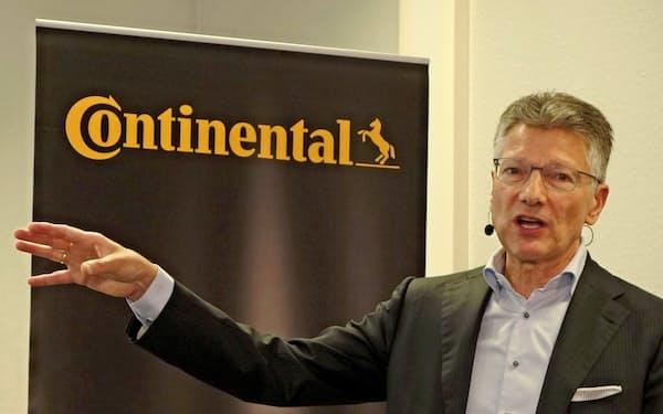 コンチネンタルのエルマー・デゲンハート社長は、電気自動車など次世代技術に力を入れる(7月、独ハノーバー)