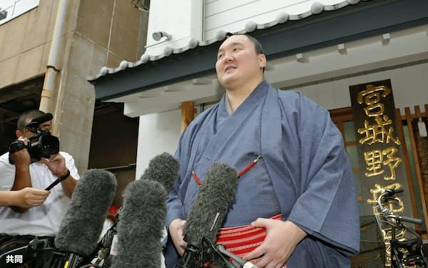 日本国籍を取得し、取材に応じる横綱白鵬関=共同