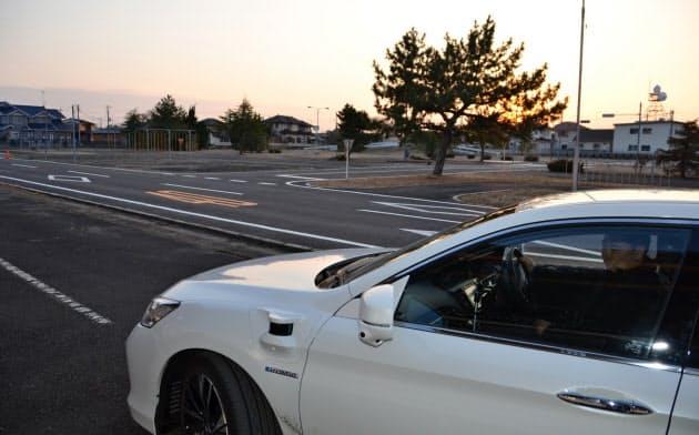 センスタイムのテストコースで自動運転の実験をするホンダ車。ボディー側面にセンサーが見える(茨城県)