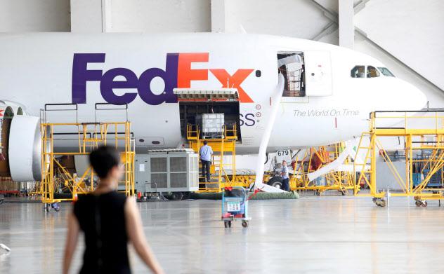 フェデックスの貨物機(2018年、広東省広州市)=ロイター