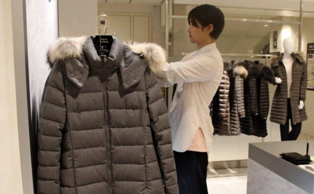 高島屋は例年より1カ月半早い8月上旬からダウンコートの陳列を始めた(東京・中央)