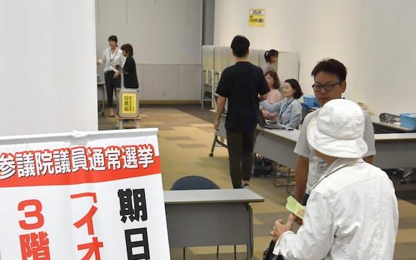 イオン店舗内に設置された参院選の期日前投票所(7月、埼玉県越谷市)