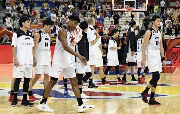 バスケットボール男子W杯第2戦でチェコに敗れ、2連敗で1次リーグ突破が遠のき、うなだれる八村(左から3人目)、渡辺(右端)ら(3日、上海)=共同