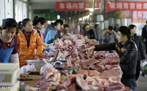 中国ではアフリカ豚コレラの流行で豚肉価格が高騰している(北京の食肉市場)=ロイター