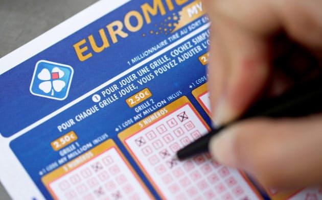 FDJが販売する数字選択式宝くじ、ユーロミリオンズで数字を選ぶ購入者=ロイター