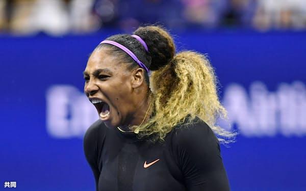 女子シングルス準々決勝 ポイントを奪いガッツポーズするセリーナ・ウィリアムズ(3日、ニューヨーク)=共同