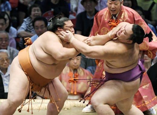 名古屋場所の取組で朝乃山(右)を攻める御嶽海。同年代で互いに意識し合う力士たちの競争が注目される=共同