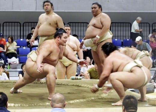 夏巡業の稽古で胸を出す朝乃山(手前左)。後方右は御嶽海=共同
