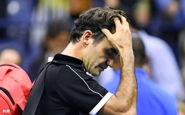 男子シングルス準々決勝で敗れ、頭を抱えて引き揚げるロジャー・フェデラー(3日、ニューヨーク)=共同