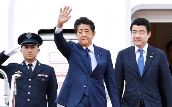 東方経済フォーラム出席のため、ロシアへ出発する安倍首相(4日、羽田空港)