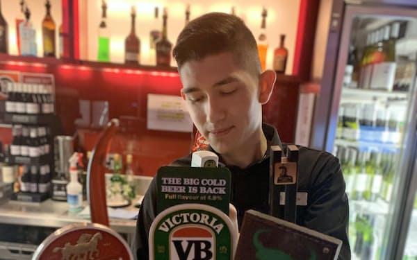 ビクトリア・ビターは豪州の国民的ビール(シドニーのパブ)