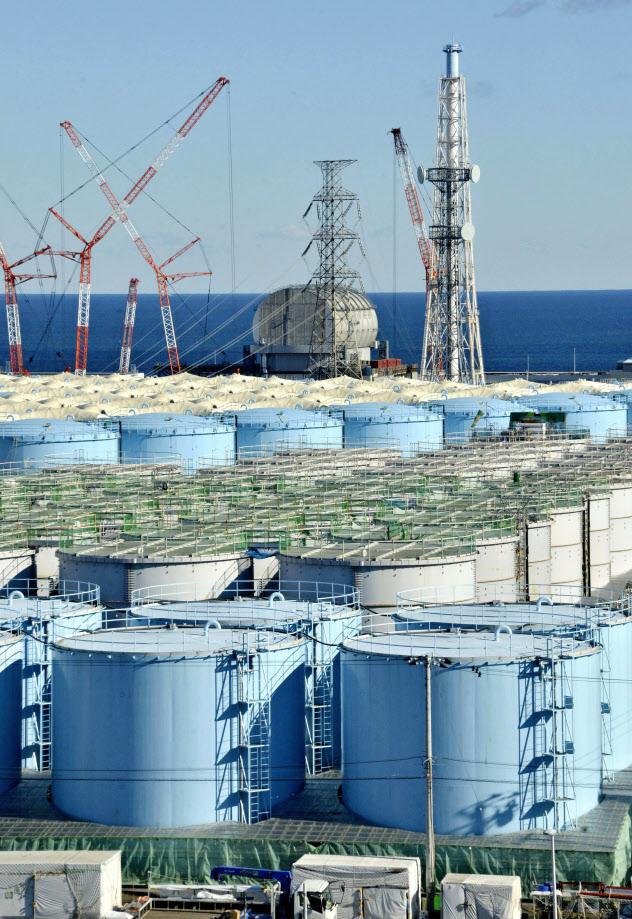 東京電力福島第1原発構内で増え続ける汚染水の保管タンク