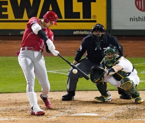 アスレチックス戦の5回、左翼線に適時二塁打を放つエンゼルス・大谷(3日、オークランド)=共同