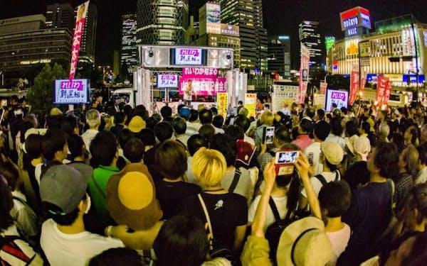 山本氏の演説を写真や動画で収める聴衆の姿が目立った(8月1日、JR新宿駅前)=れいわ新選組提供